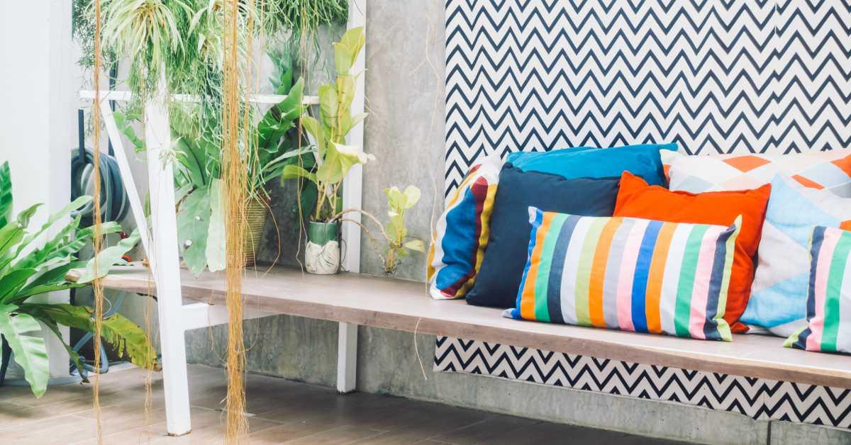 Balkon-met-kleurrijke-kussens