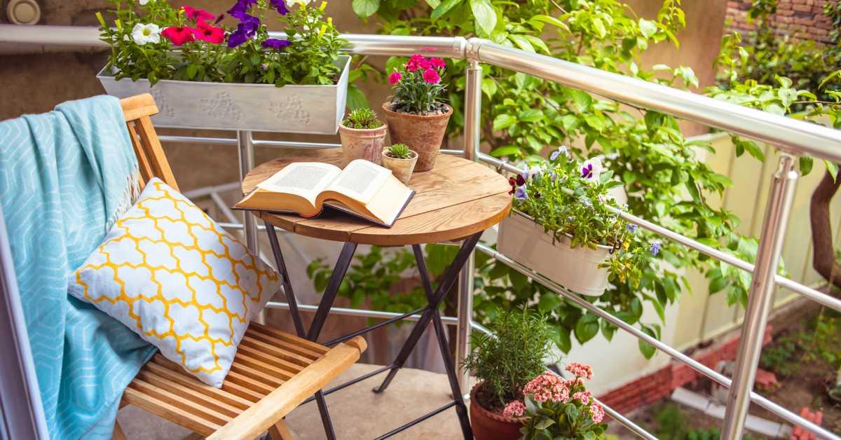 Balkon-met-tafel-en-stoel