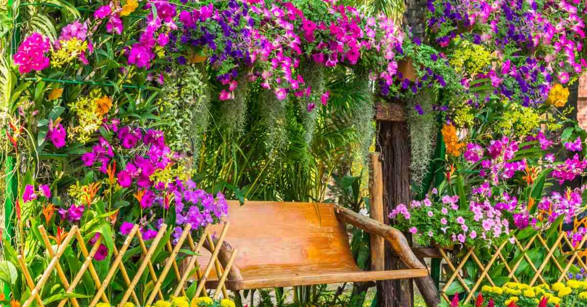 Bloemen-rondom-bankje