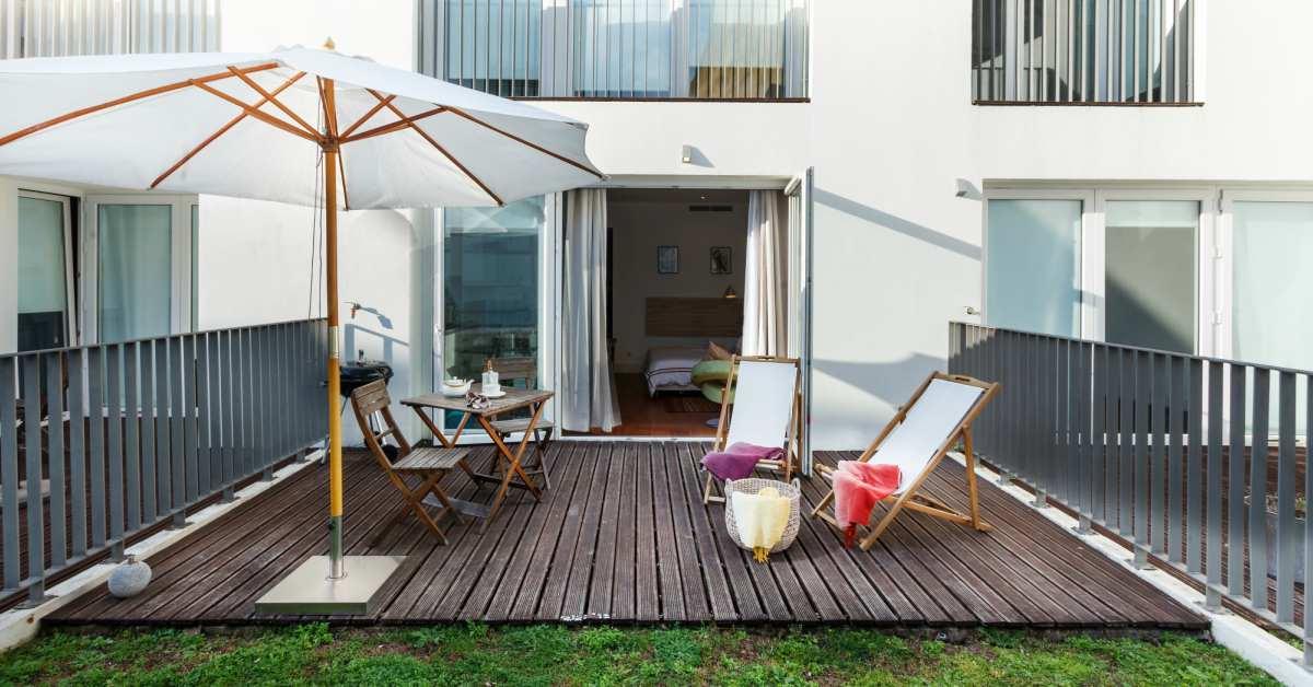 15 geweldige terrasbestrating idee n voor jouw tuin - Terras met houten pergolas ...