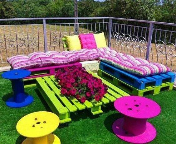 Kleurrijke-tuinset-van-pallets