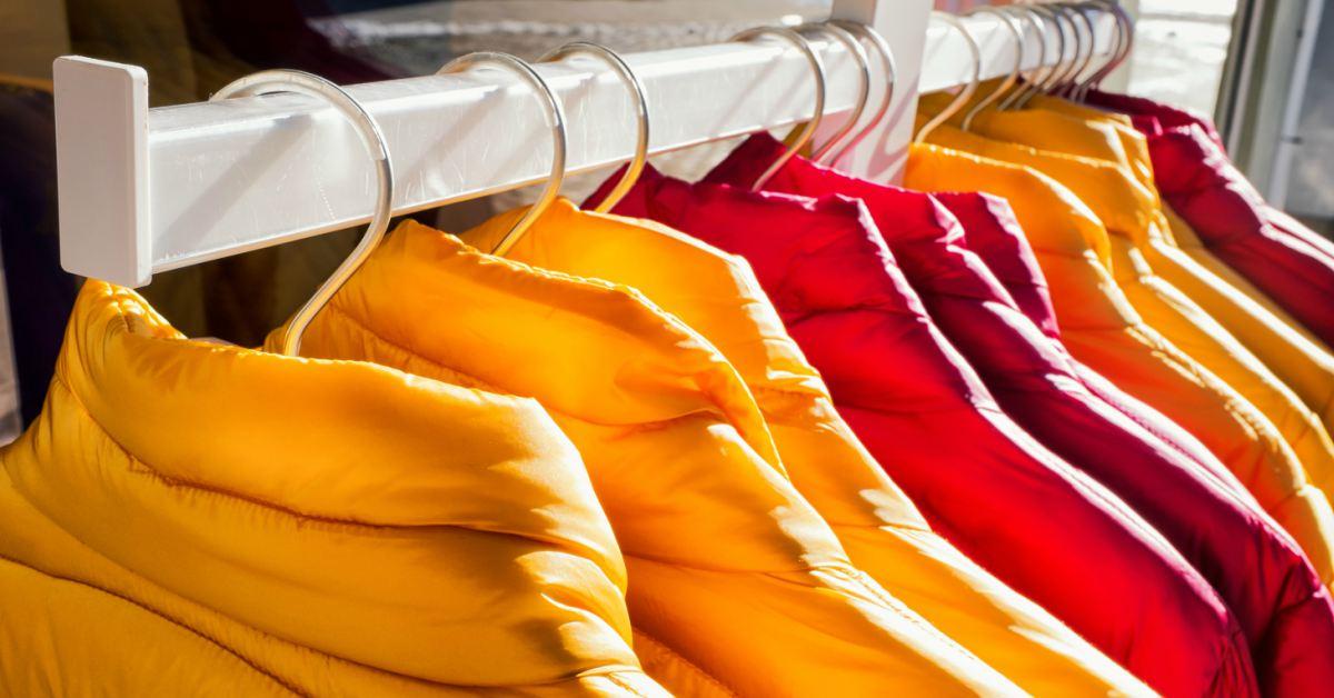 Winterjassen-aan-hangers