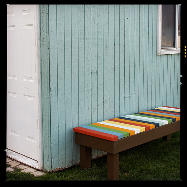 Kleurig tuinbankje