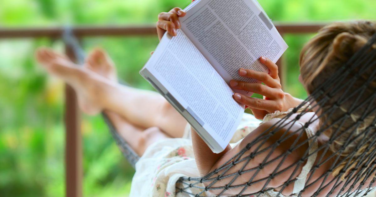 vrouw leest in hangmat