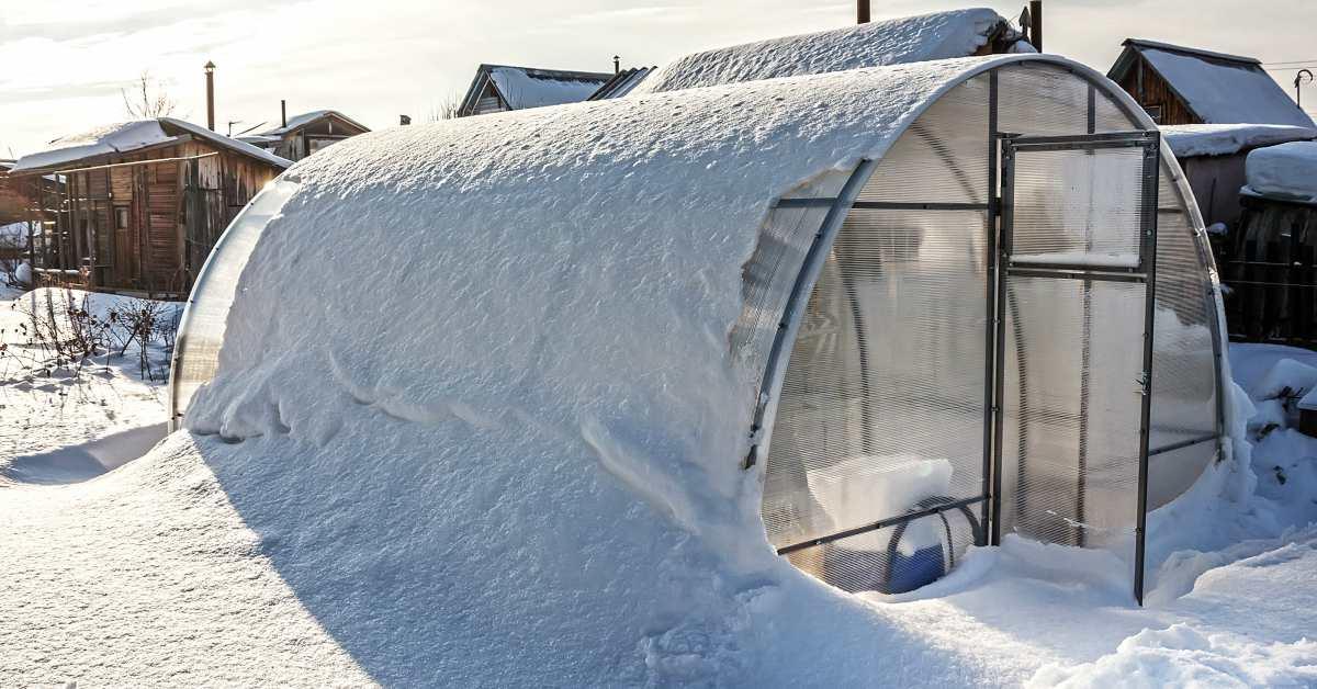Kas-bedekt-met-sneeuw