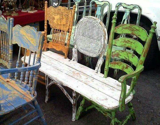 Bank van oude stoelen