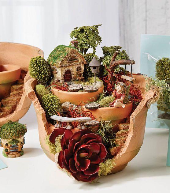 Fairy garden in kapotte pot