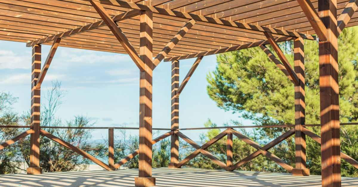 Houten-overkapping-met-plat-dak-maken