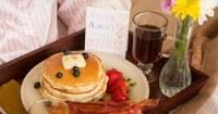 Moederdag-ontbijt-op-bed