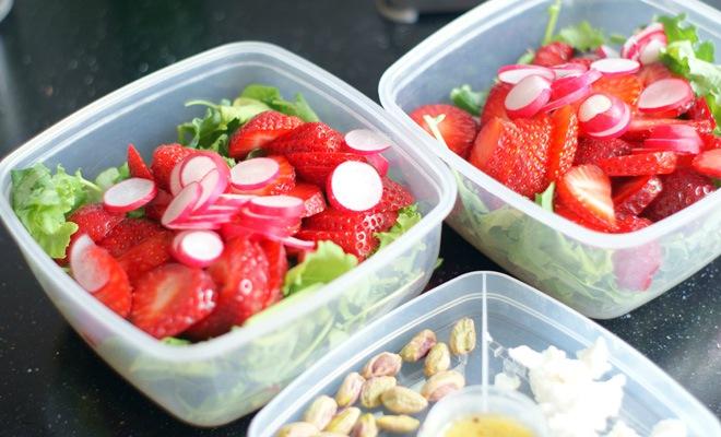 Salade aardbeien radijs en boerenkool