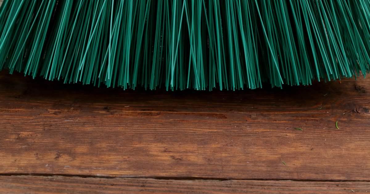 Bezem op houten vlonder