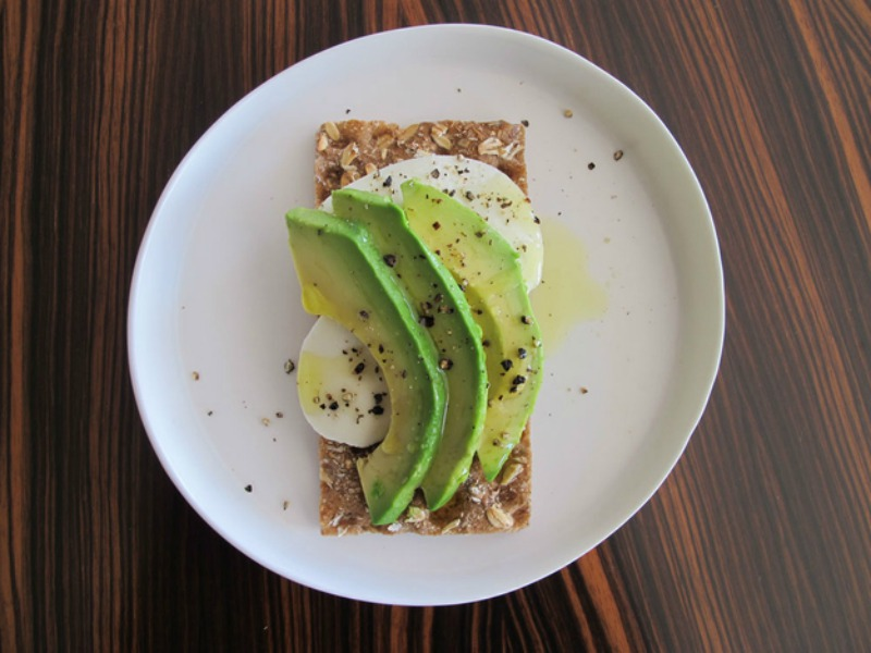 Crackers-met-mozzarella-en-avocado