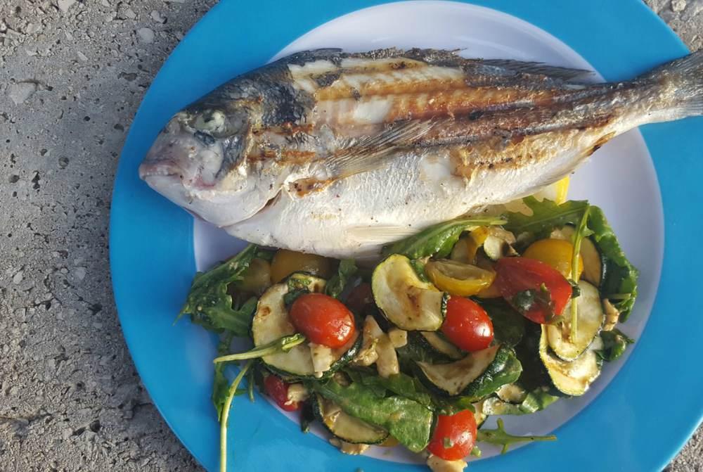 Geroosterde vis met salade