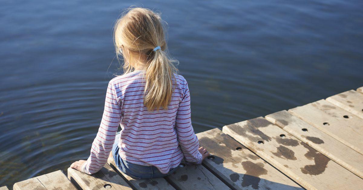 Meisje op houten vlonder