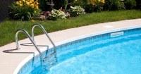 Zwembad-met-helder-water-in-tuin