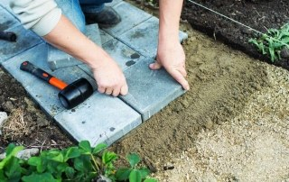Man legt tuinbestrating aan