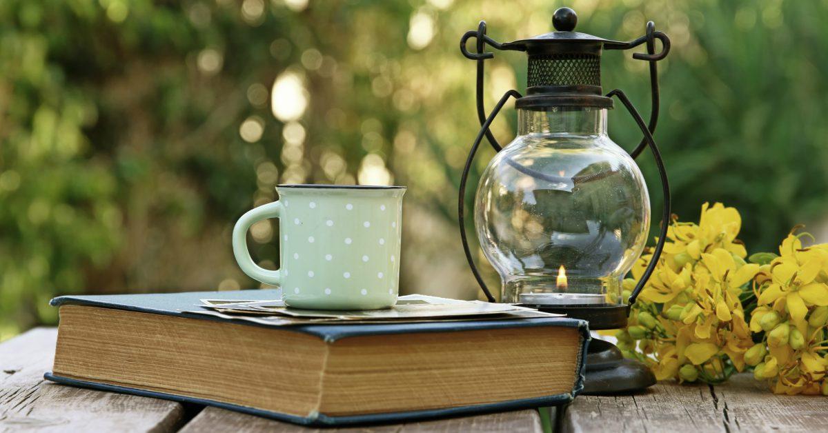 Boek koffiemok lantaarn