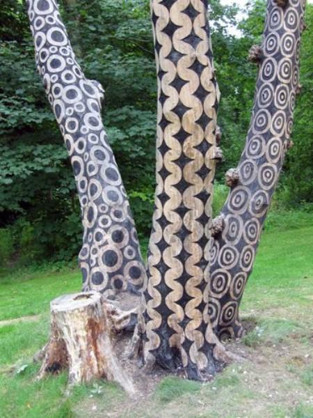 Bomen met houtsnijwerk