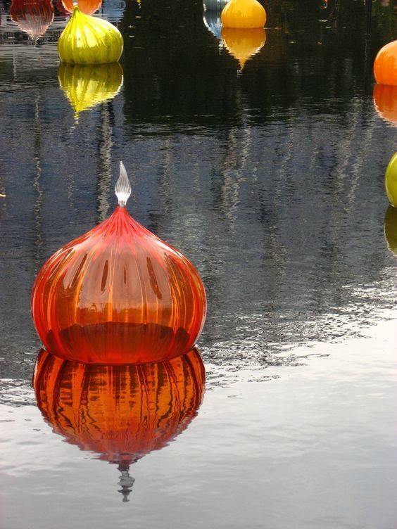 Glazen kunstwerk in vijver