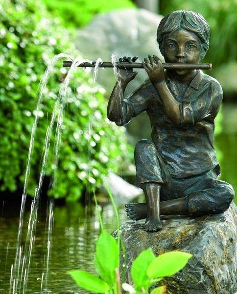Jongetje op fluit fontein