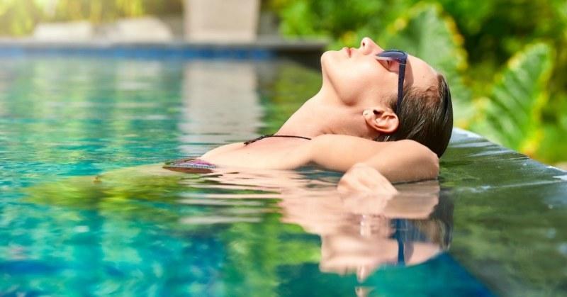 Vrouw relaxt in zwembad