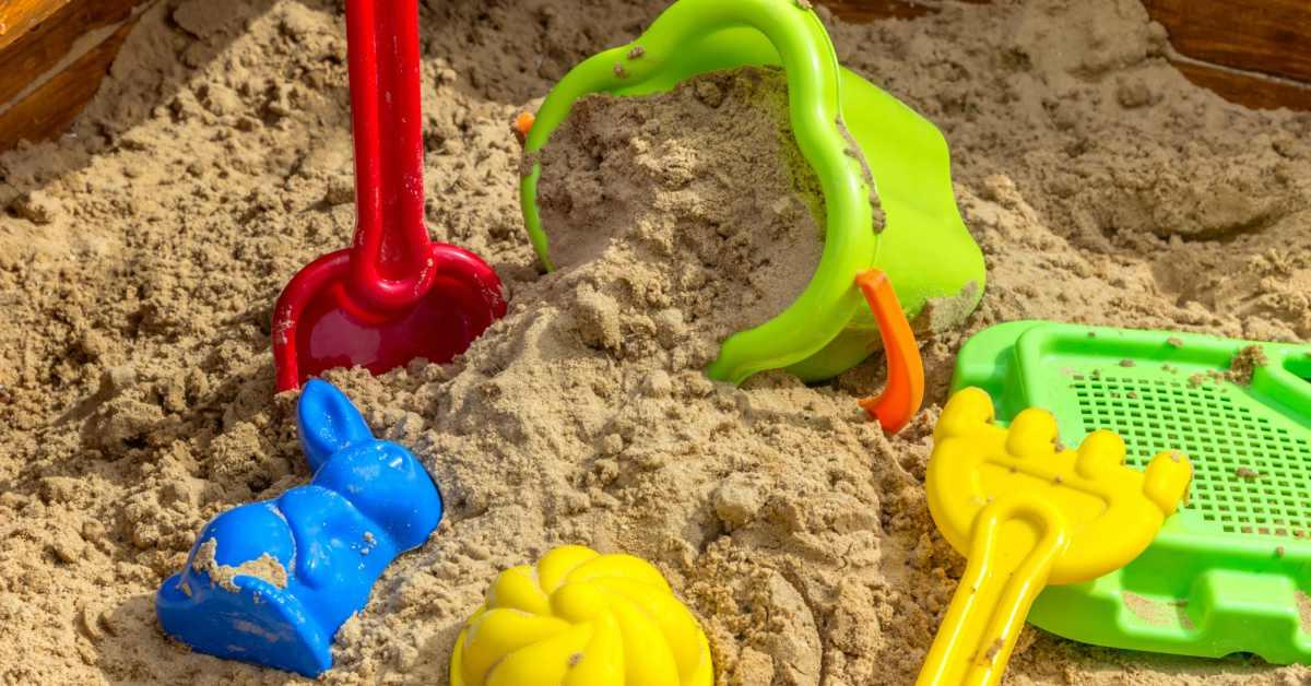 Zandbak-met-speelzand-en-speeltjes