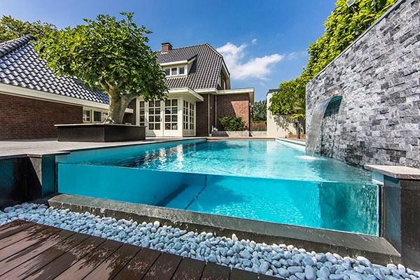 Zwembad met glazen rand
