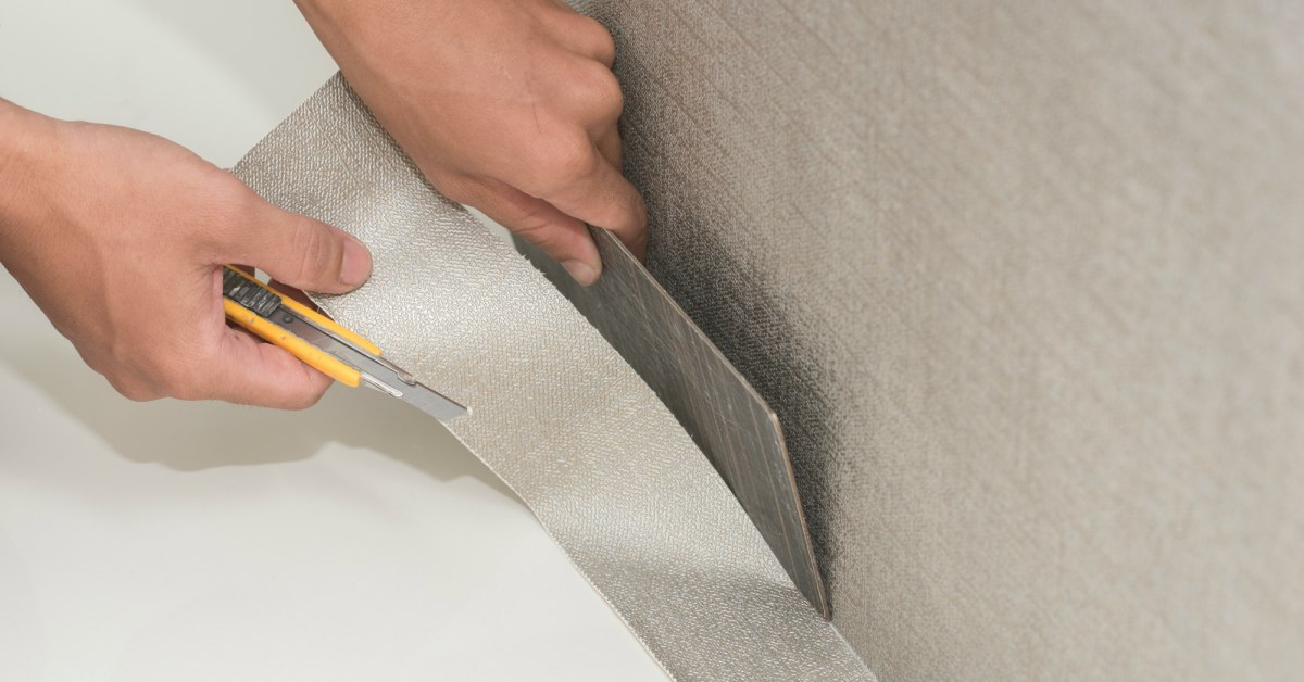 Behang afsnijden onderkant
