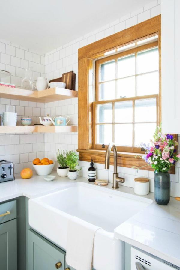 Bloemen en kruiden in keuken
