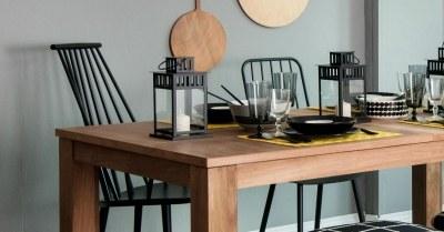 Stoelen bij een houten tafel