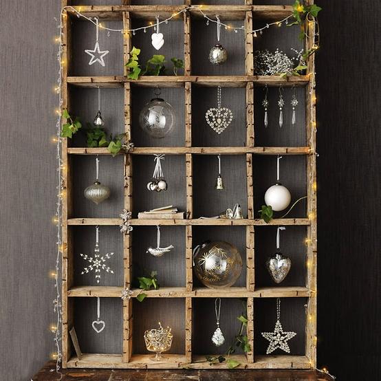 Kast met kerstaccessoires