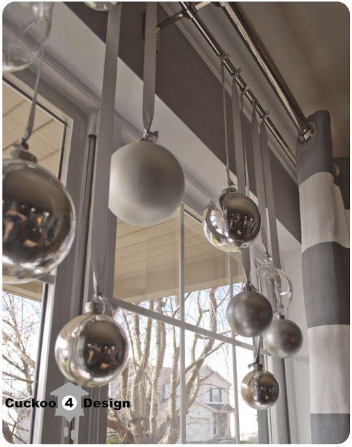 Kerstballen voor het raam