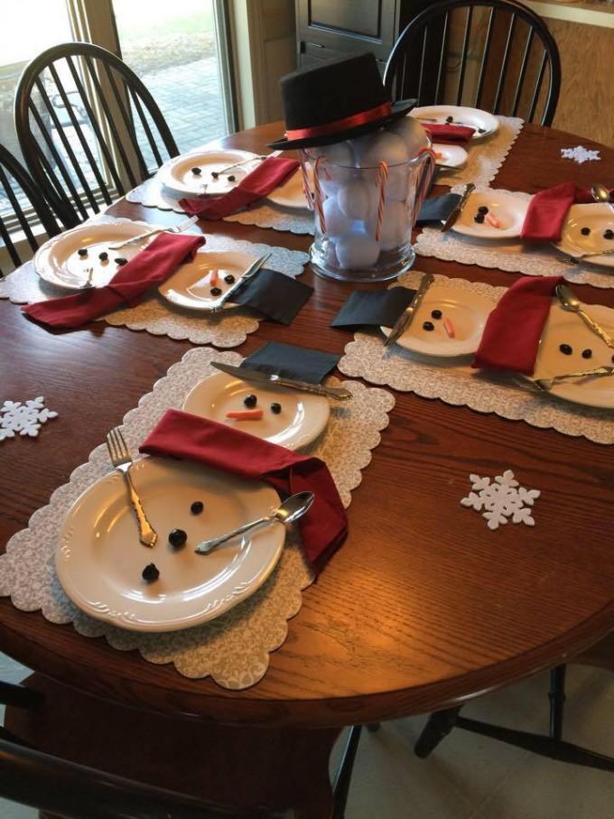 Kersttafel met sneeuwpop