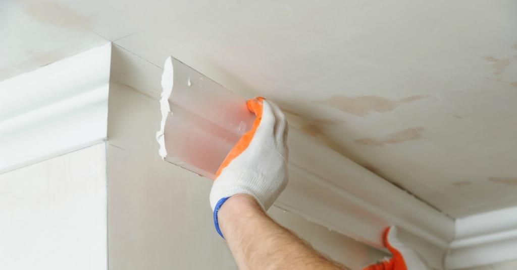 Plafondlijst plakken