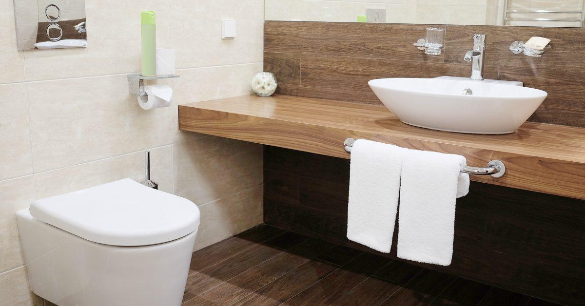 Badkamer met hangend toilet
