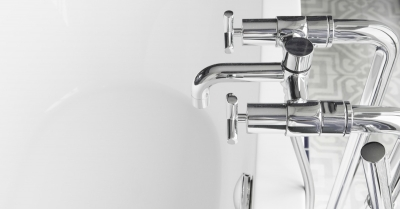 Mengkraan installeren voor het bad