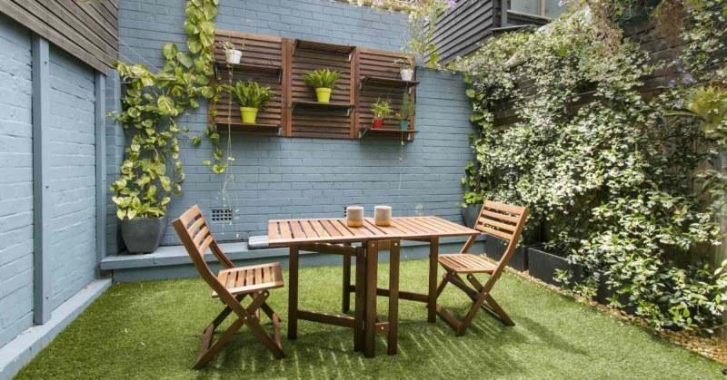 Tuinstoelen bij houten tafel
