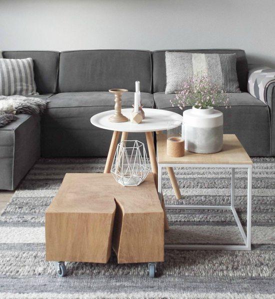 Wit met houten tafels