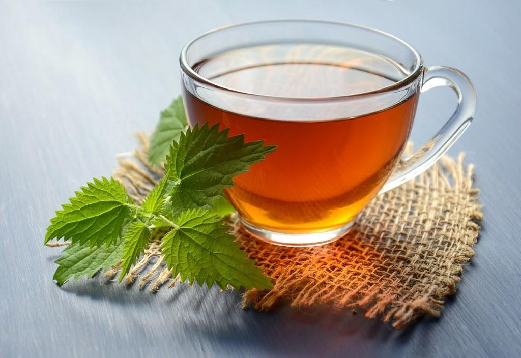 kopje thee met brandnetel blaadjes
