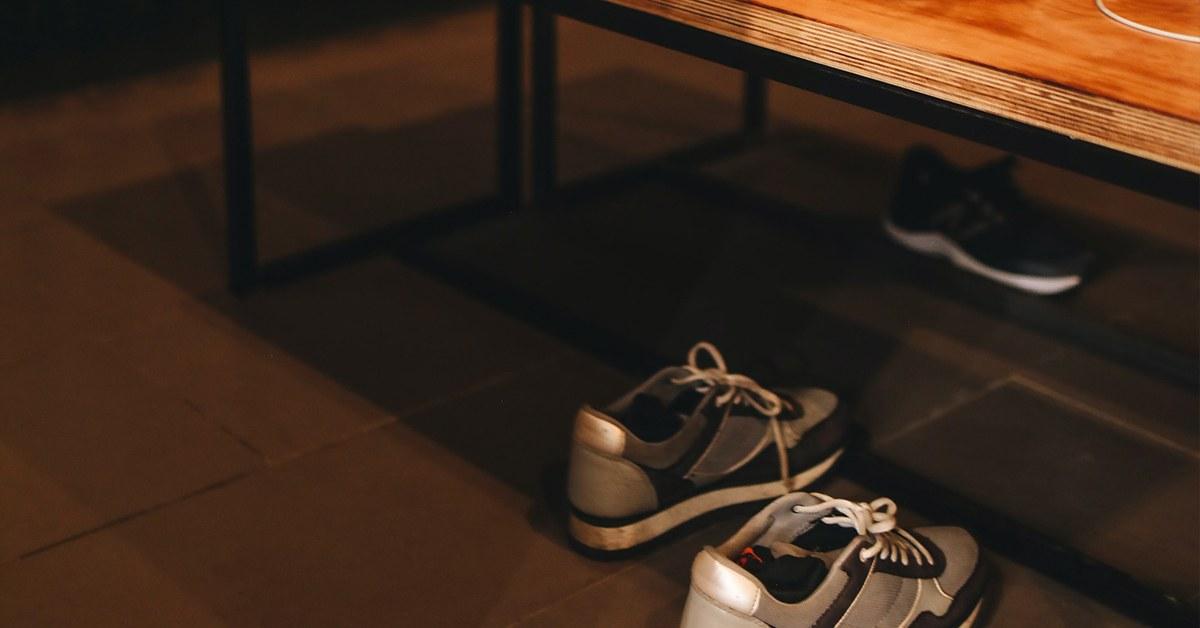 schoenen onder tafel